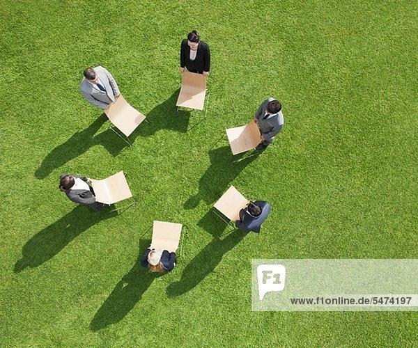 Geschäftsleute stehen während einer Besprechung im Freien im Kreis