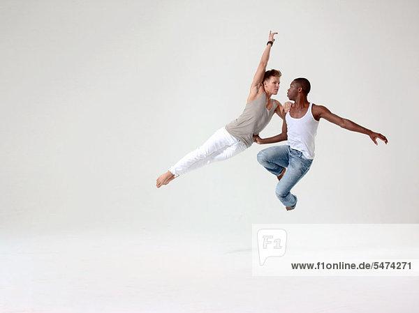 Zwei junge Männer in der mittleren Luft