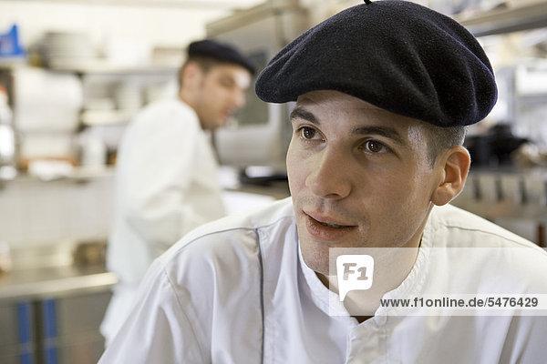Junge Küchenchef in gewerbliche Küche  Porträt