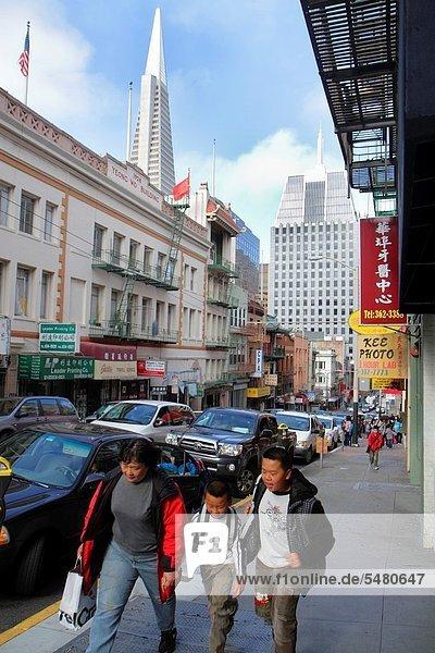 Städtisches Motiv  Städtische Motive  Straßenszene  Straßenszene  Jugendlicher  Frau  gehen  Junge - Person  Geschwister  Weg  Sehenswürdigkeit  Fußgänger  Mutter - Mensch  Kalifornien  San Francisco  Straßenverkehr  Transamerica Pyramid