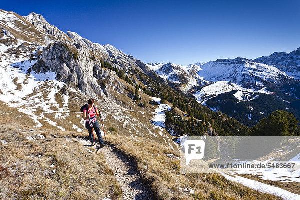 Bergsteigerin beim Herrensteig auf den Kofelwiesen im Villnösstal  Südtirol  Italien  Europa