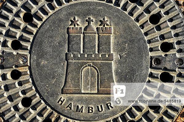 Kanaldeckel mit Hamburger Stadtwappen in Hamburg  Deutschland  Europa