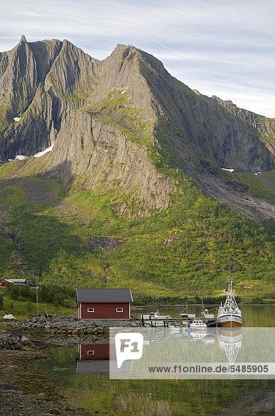nahe Hütte Europa Boot Meer Spiegelung Norwegen Insel angeln rot typisch Troms