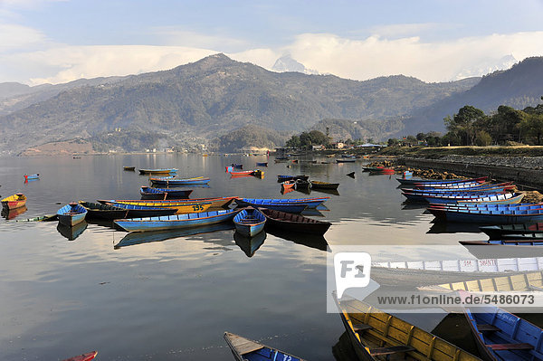 Ruderboote  Blick auf den Phewa-See  Pokhara  Nepal  Asien