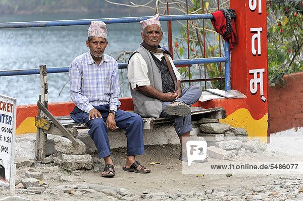 Zwei alte Nepalesen sitzen auf Bank am Phewa-See  Pokhara  Nepal  Asien