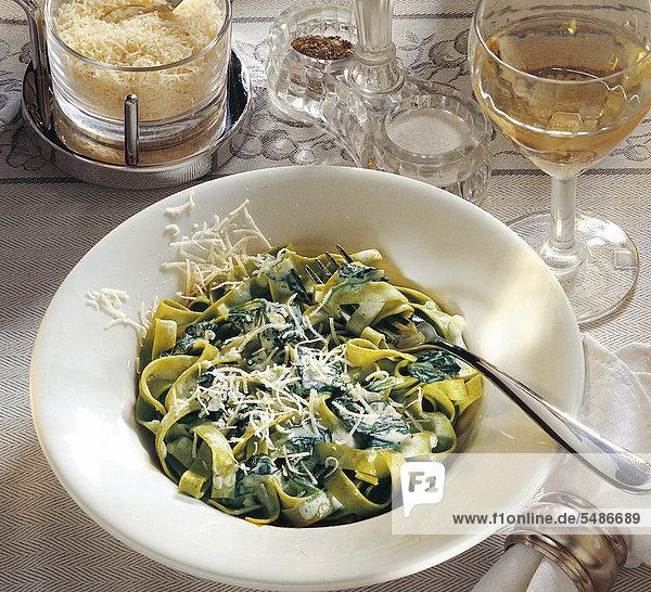 Tagliatelle mit Spinat-Sahne-Sauce  Italien  Rezept gegen Gebühr erhältlich