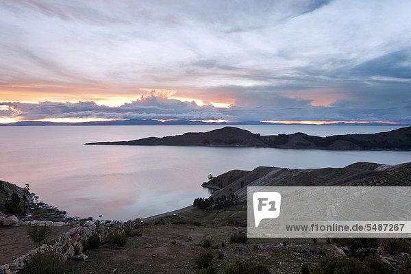 Sonnenuntergang auf der Isla del Sol  Sonneninsel  über dem Titicacasee in der Nähe der Comunidad Yumani  Provinz La Paz  Bolivien  Südamerika