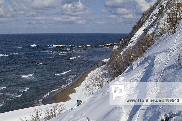 Japan  Hokkaido  Mann beim Telemark-Skifahren