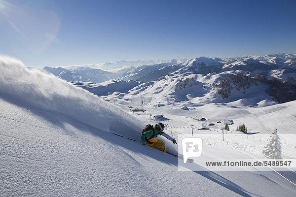 Österreich  Tirol  Kitzbühel  reifer Mann beim Freestyle-Skifahren