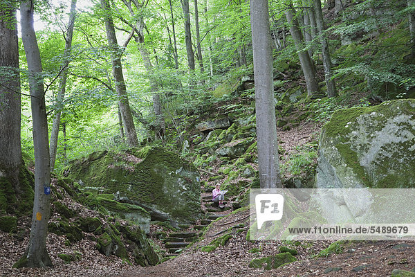 Reife Frau beim Wandern im Naturpark Reife Frau beim Wandern im Naturpark