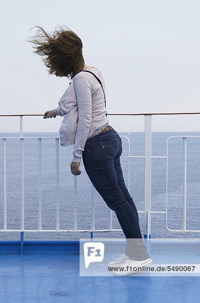 Griechenland  Ionische Inseln  Ithaka  Mittlere erwachsene Frau an Deck des Bootes