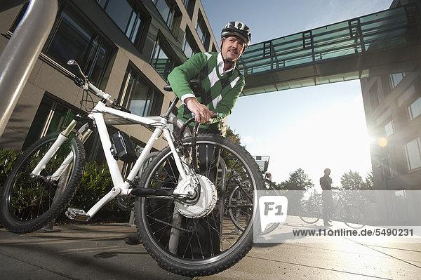 Reife Mann Befestigung Schloss des Fahrrads