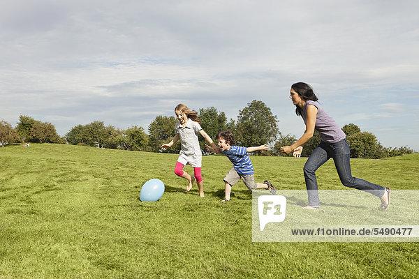 Deutschland  Bayern  Familienspiel mit Ballon im Park