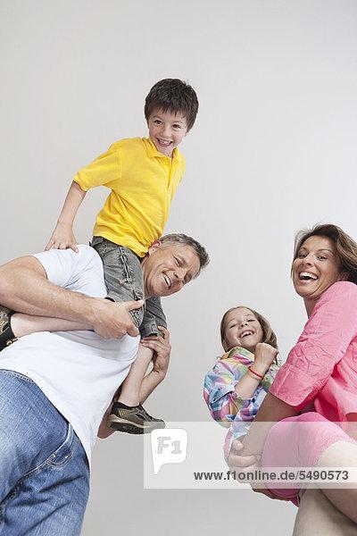 Deutschland  München  Eltern mit Kindern  lächelnd