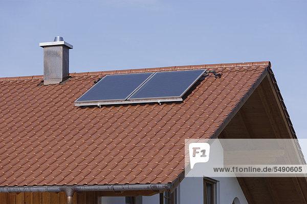 Deutschland  Oberbayern  München  Blick auf neues Dorfhaus mit Sonnenkollektor