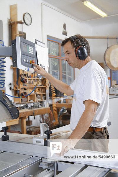 Deutschland  Oberbayern  Schaeftlarn  Schreinerarbeiten an Sägemaschine