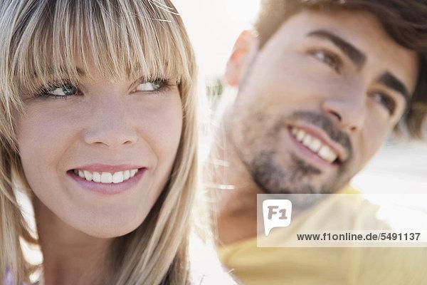 Deutschland  Köln  Junges Paar lächelt  Nahaufnahme