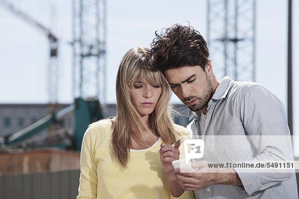 Deutschland  Köln  Junges Paar per Handy