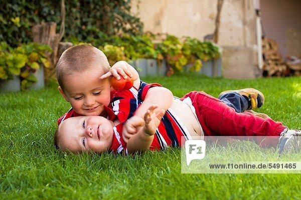 niedlich  süß  lieb  Bruder  klein  Gras  spielen