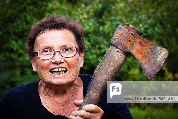 Senior  Senioren  Frau  halten  Axt  bizarr