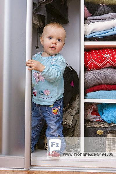 Baby  1 Jahr  in einem Schrank
