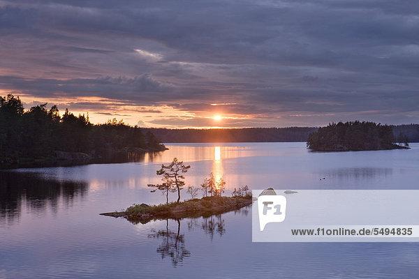 Sonnenuntergang am See Stora Trehörningen  Tiveden Nationalpark  Schweden  Skandinavien  Europa