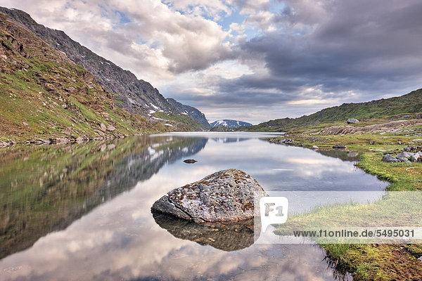 Øvre Pikhaugvatnet  See am Polarkreis  Saltfjellet-Svartisen Nationalpark  Nordland  Norwegen  Skandinavien  Europa