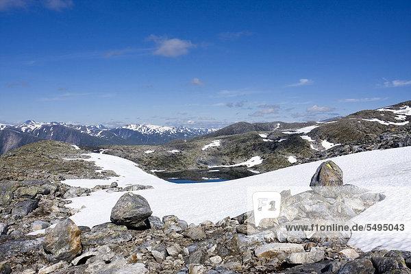 Landschaft beim Berg Røvassvatnan  der See Røvassvatnan  Saltfjellet-Svartisen-Nationalpark  Provinz Nordland  Norwegen  Skandinavien  Europa