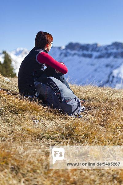 Bergsteigerin beim Herrensteig und auf den Kofelwiesen im Villnösstal  Südtirol  Italien  Europa