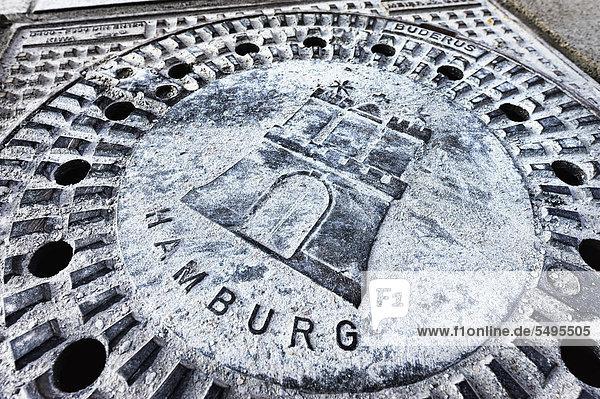 Kanaldeckel mit Hamburger Stadtwappen  Hamburg  Deutschland  Europa