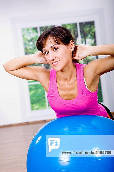 Junge Frau beim Fitness-Training mit Gymnastikball