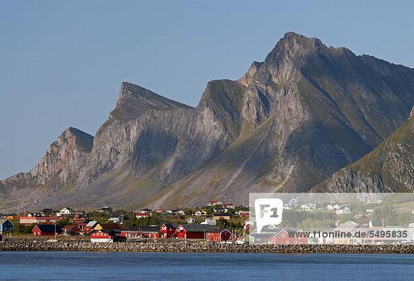 Europa Gebäude Küste Meer frontal Norwegen rot Flakstad nordland Ramberg steil