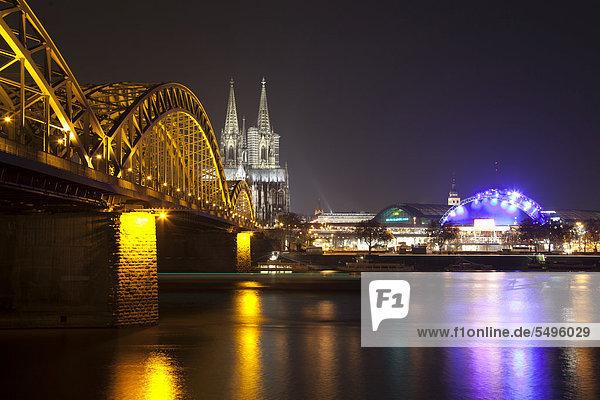 Beleuchtete Hohenzollernbrücke mit Dom und Musical Dome  Rheinufer  Köln  Rheinland  Nordrhein-Westfalen  Deutschland  Europa  ÖffentlicherGrund