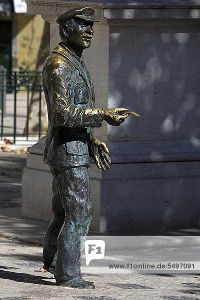 Bronze-Denkmal eines Losverkäufers auf dem Platz Largo Trinidade Coelho im Stadtteil Bairro Alto  Chiado  Lissabon  Portugal  Europa