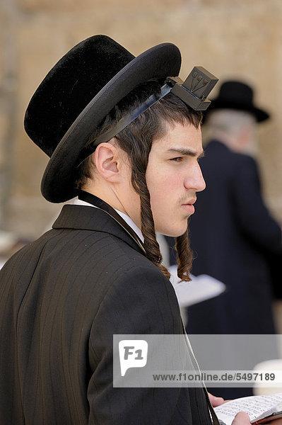 Betender orthodoxer Jude mit Schläfenlocken an der Klagemauer  Arabisches Viertel  Altstadt  Jerusalem  Israel  Vorderasien