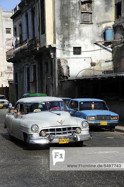 Havanna Hauptstadt Amerika Auto weiß Retro Taxi Karibik Mittelamerika fünfziger Jahre 50er Golf von Mexiko Kuba Große Antillen Innenstadt