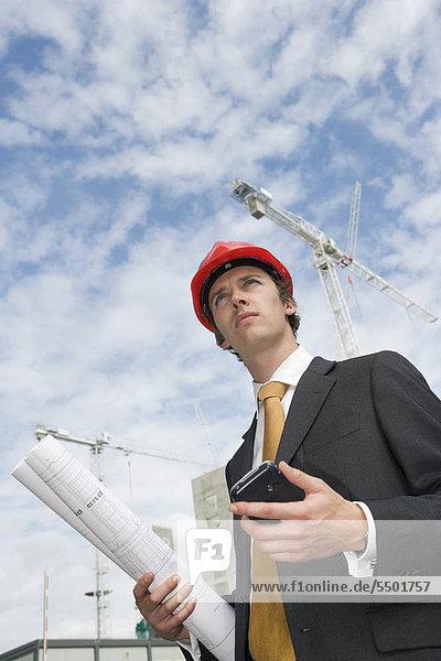 Geschäftsführer auf einer Baustelle