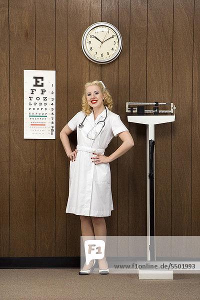 Europäer lächeln Retro Büro Erwachsener Mittleren Alters Erwachsene Mittleren Alters Aussichtsplattform Arzt