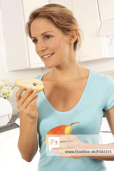 Eine Birne Essen Frau