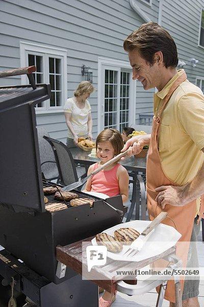 Familie Grillen an deck