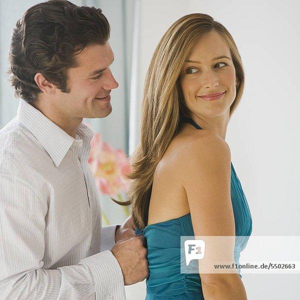 Mann WifeÌs Kleid komprimieren