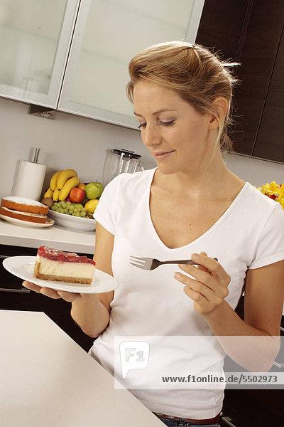 Frau In der Küche Eati Ng Cheesecake