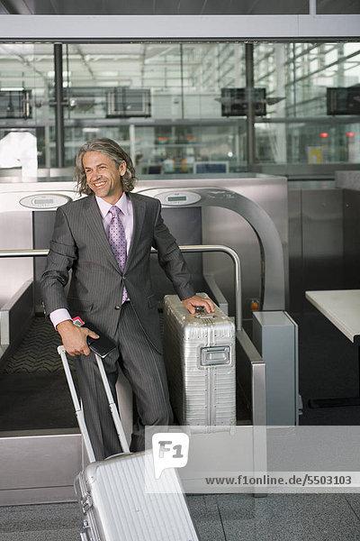 Geschäftsmann mit Gepäck am Flughafen Geschäftsmann mit Gepäck am Flughafen