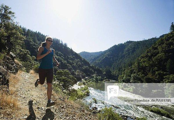 Frau am Fluss Trail