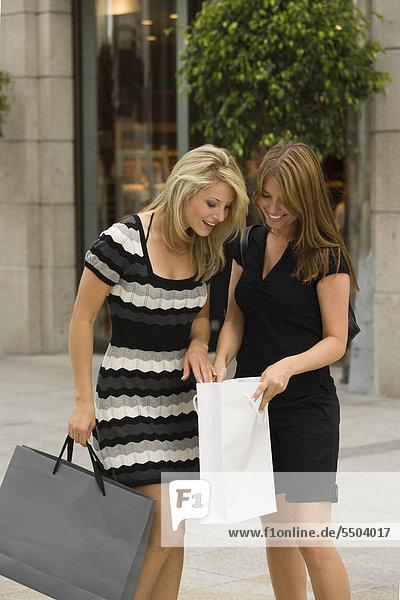 Zwei junge Frauen beim Shopping