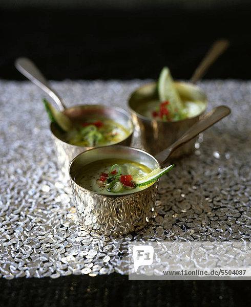 Kalk und Avocado-Suppe mit Zwiebel und Tomate  mit Rezept