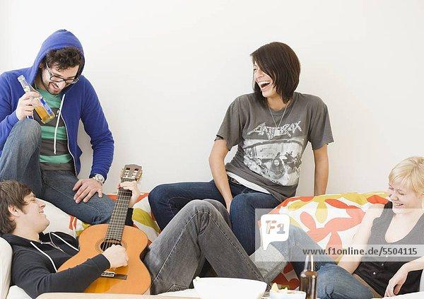 Gruppe von Freunden entspannen auf sofa