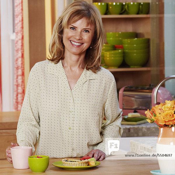 stehend Portrait Frau lächeln Küche reifer Erwachsene reife Erwachsene