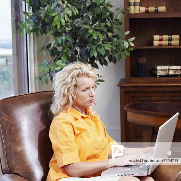 Profil Profile benutzen Geschäftsfrau Notebook Seitenansicht