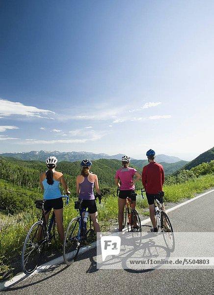 Radfahrer Aussicht betrachten an der Mountain road